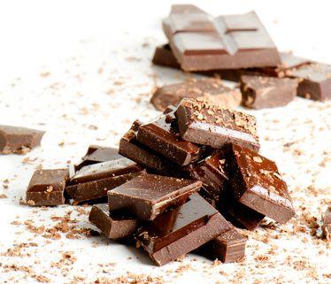 Kokosolie leent zich uitstekend voor allerlei zelfgemaakte recepten. In een eerder artikel schreef ik al een recept om zelf bonbons te maken met kokosolie. Als je echter een nóg eenvoudiger recept wilt om je eigen chocolade te maken met behulp