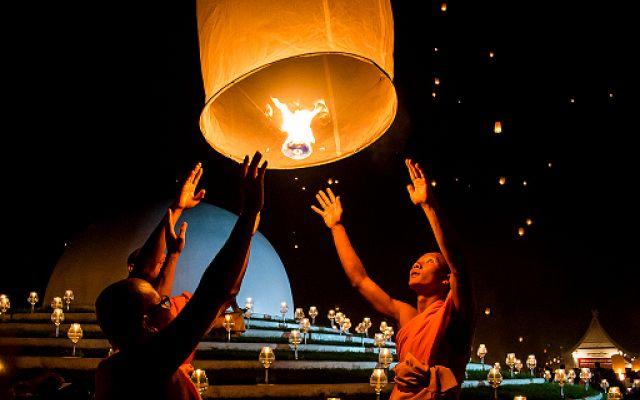 Si chiamano Khom Loi e vengono lanciate in aria: è il Festival delle Lanterne in Thailandia #lanterne #festival #thailandia #viaggi