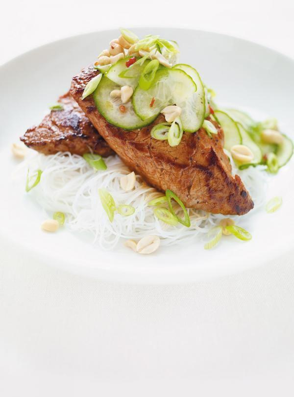 Recette de Ricardo de médaillons de porc à la sauce hoisin et concombres marinés. Ces médaillons de porc, simples à préparer, font un excellent repas santé.