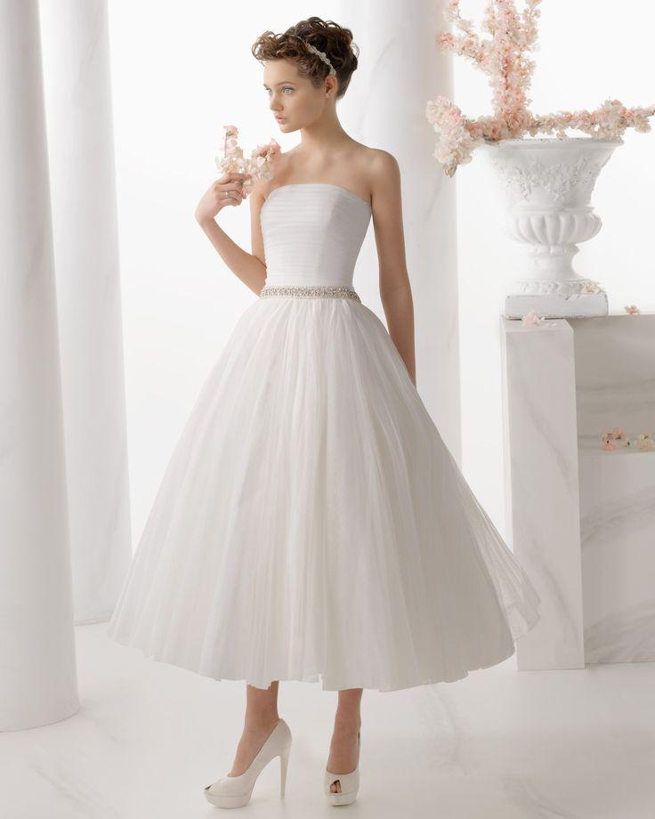 """Ongewone trouwjurken jurk 7/8 model (ook wel bekend als """"thee lengte"""") is echt vrouwelijk en elegant. 7/8 lengte jurk bedekt met knie en kuit lengte stukken. 7/8 is een sensationele jurk vrouwen slank postuur. Voordelen van dergelijke kleding is dat zij minder, en derhalve onder het dansen niet verstrikt is, en zeker gemakkelijker dan kleding lichter."""