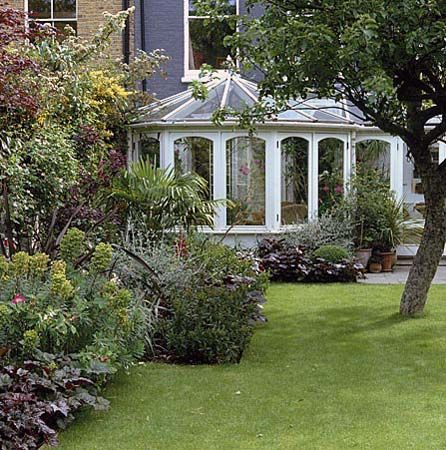 Formal Town Garden by Judith Sharpe - click to close   © Nicola Stocken-Tomkins