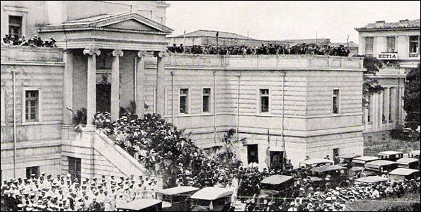 Η Παλιά Βουλή, στη διασταύρωση των οδών Σταδίου και Κολοκοτρώνη, τη δεκαετία του '30. Στο βάθος διακρίνεται το κτίριο της Εστίας, στην οδό Άνθιμου Γαζή. Φωτογραφία: National Geographic.