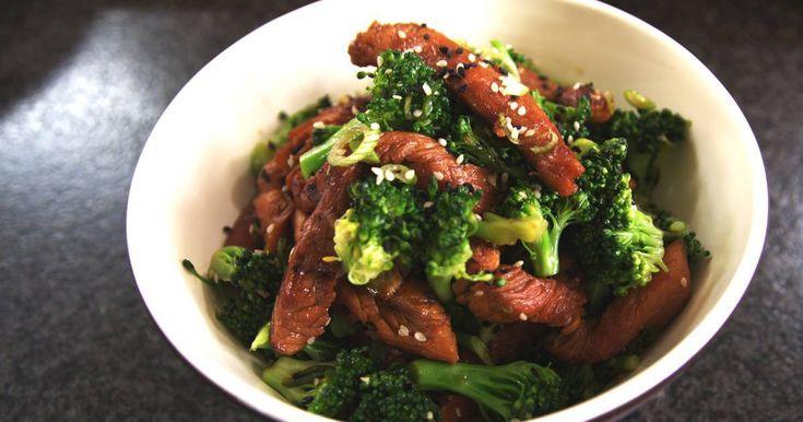 Kalkoen staat lang niet meer enkel op kerstmis op het menu. Het malse en magere vlees is perfect geschikt voor allerlei bereidingen.Dat moest je Jeroens oma niet vertellen: zij was een overtuigd liefhebber. Haar kleinzoon marineert het vlees in een Japans badje van saké, rijstwijn, sojasaus en honing en serveert het met gezonde broccoli.Het is beter om geen marinade van rauw kalkoenvlees te gebruiken in een koude salade. Eventuele ziektekiemen kunnen geëlimineerd worden door de alcohol en…