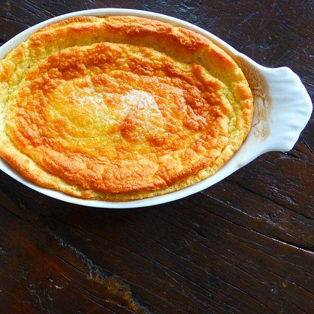 「スプーンブレッド」とはアメリカ南部の伝統料理。ブレッドというものの食感はプディングに近いんだとか。コーンミール(とうもろこし粗びき粉)を使用し、グルテンフリーでヘルシーなのもありがたい。基本のレシピとアレンジアイデアをご紹介します。