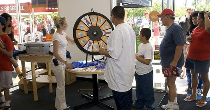 Cómo hacer una rueda de la fortuna. Si estás buscando una forma divertida de que la gente que haya ganado un juego escoja un premio, tal vez necesites una rueda de la fortuna. Las ruedas de la fortuna ofrecen un elemento de suspenso y hacen ruido, lo cual atrae a la gente. Puedes comprar una rueda de la fortuna en la mayoría de las tiendas para fiestas, pero si quieres una rueda ...
