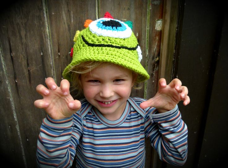Lime green monster sun hat with giant cyclops eye, single pointy tooth, and 3 multi-coloured horns + spots! 100% cotton. Handmade in Aotearoa NZ. www.facebook.com/thelittlebeenz www.etsy.com/shop/thelittlebeenz