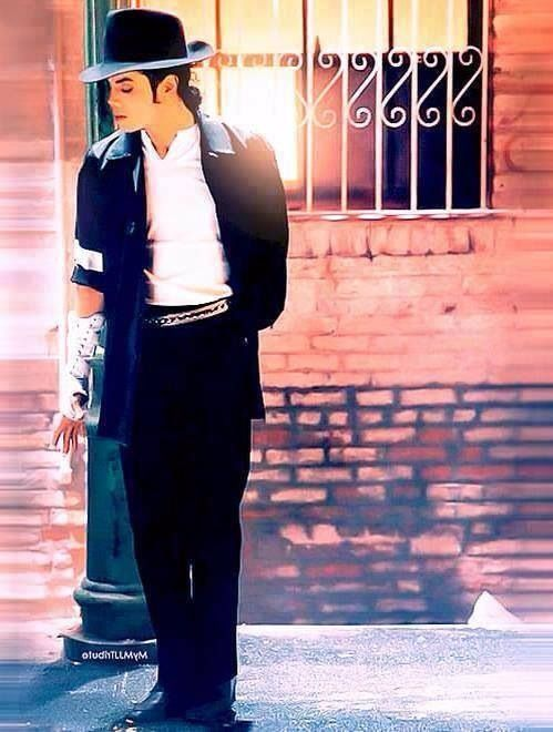 """Michael en la grabación de su video """"The way you make me feel"""" donde se muestra un coqueteo de el rey del pop con una hermosa mujer."""