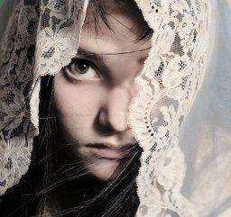La mantilla vela el misterio femenino, custodia el valor y significado profundo de la belleza femenina… la mujer que lo usa reverencia lo sagrado que reconoce habita en su corazón...