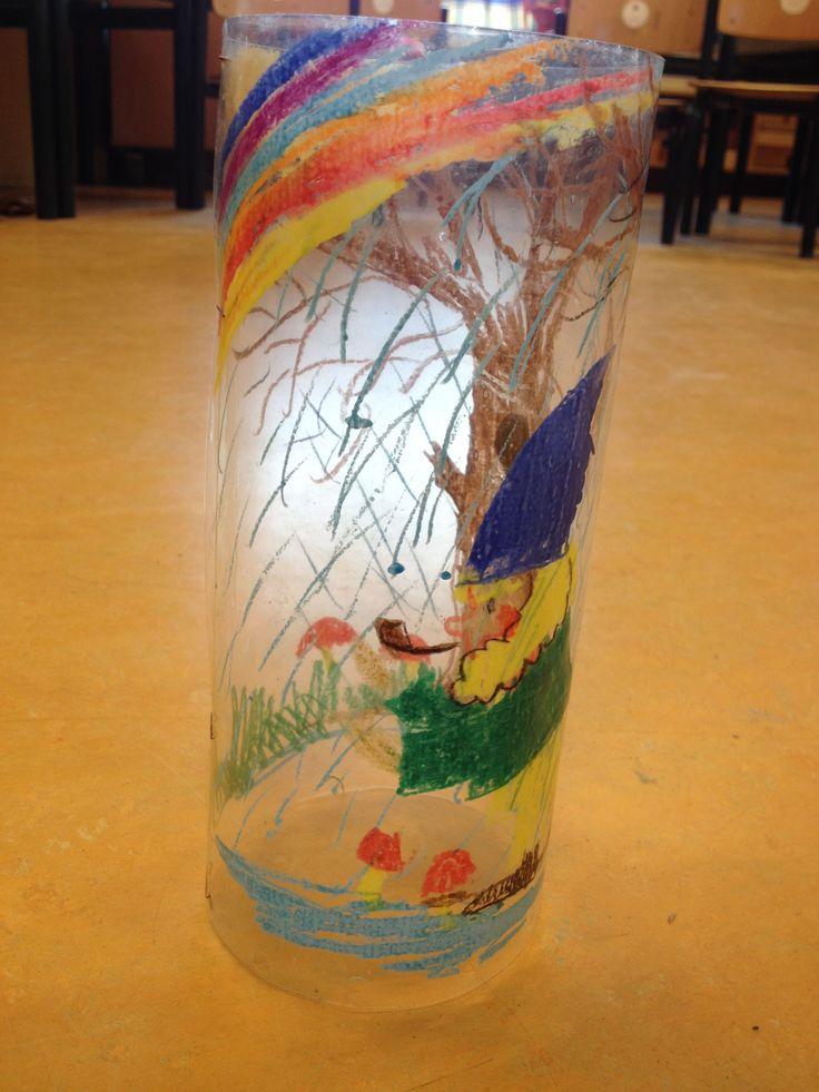 """Met """"Woody' s"""" (dikke aquarel potloden) aan de binnenkant van een dun lamineer vel tekenen, lamineren, rond vouwen en vast maken met plakband en klaar! Je hebt een waterbestendige lampion. (weinig extra werk :-)"""