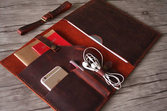 Leather MacBook Pro Case with front pockets suitable for phones, notebooks, passports .etc Please confirm your device below, do not choose wrong and find the right option at the drop menu 12 New MacBook 11 MacBook Air 13 MacBook Air Old Macbook Pro 13 (32,5x22,7x2,41 cm) Old MacBook Pro