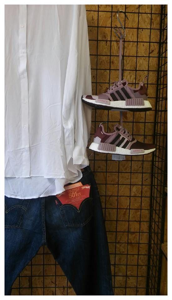 Σήμερα επιλέξαμε για εσάς ένα γυναικείο outfit , αλλά με το ενδιαφέρον πιο πολύ στραμμένο στα υποδήματα μας.. Στην ένδυση η επιλογή μας είναι , στην άνω ένδυση ένα πουκάμισο άνετης γραμμής σε λευκό χρώμα ενώ στην κάτω ένδυση ένα boyfriend Levis 501CT σε σκούρο denim . Η Adidas σήμερα έχει επιλέξει για εμάς το μοναδικό NMD_R1 αθλητικό της υπόδημα , με μικρά σφαιρίδια αφρού , όπου απορροφούν το μέγιστο των κραδασμών και μας προσφέρουν και σταθερό πάτημα...