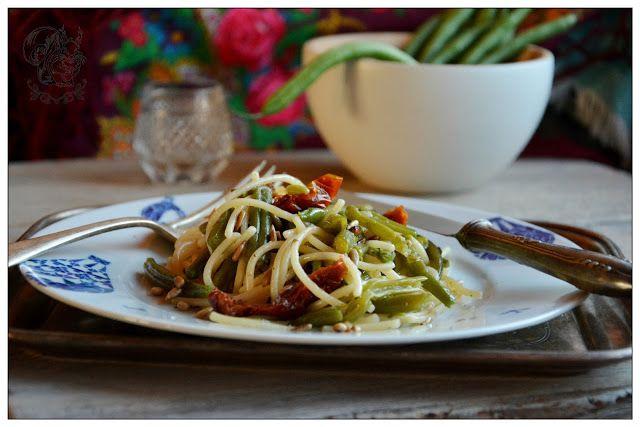 Salatka makaronowa z fasolka szparagowa i pomidorami suszonymi