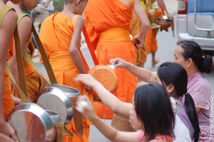 #Laos - Luang Prabang, quête des moines @ Michel Gotin