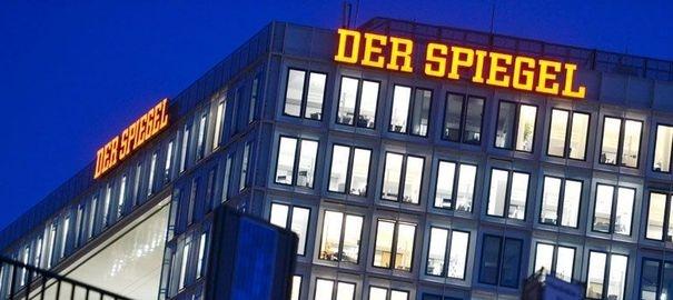 """Der Spiegel fusionne ses rédactions web et print  Le magazine allemand un des poids lourds de la presse mondiale d'opinion, est en quête d'un nouveau destin entre numérique et papier, affaibli par la crise des médias, des conflits internes et une concurrence de plus en plus rude.     """"Le Spiegel est dans une passe difficile car il n'a pas de réponse convaincante à la question stratégique: comment faire fonctionner ensemble l'offre online et l'offre classique traditionnelle offline"""""""