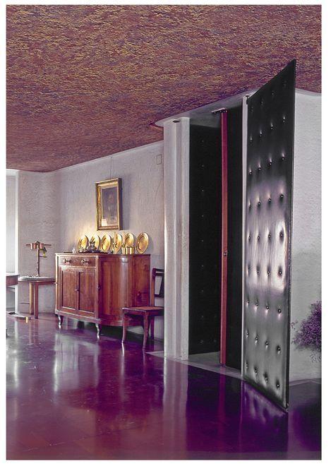 Salone con porta in cuoio (Foto Vaclav Sedy)