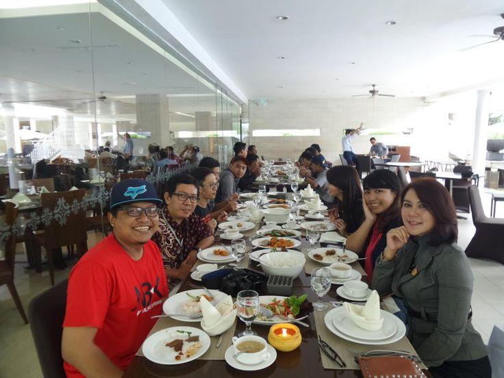 #MakandiJogja Siang tadi kami lunch bareng nyobain beberapa menu andalan di Terrace Resto @RoyalAmbarrukmo #Jogja pic.twitter.com/8mqAs2470V