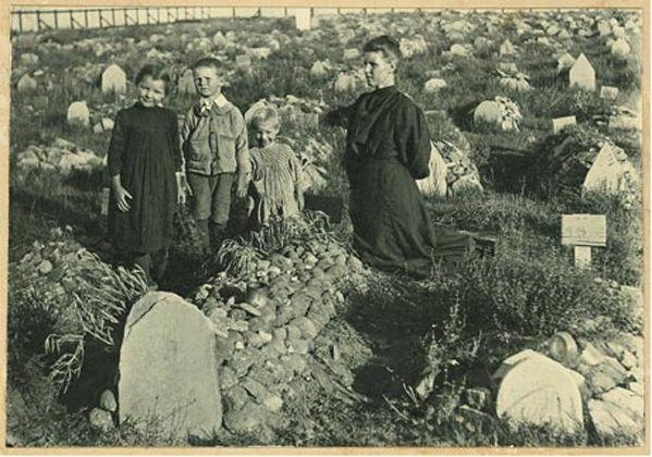 Bethulie konsentrasiekamp - Mev Susanna Swanepoel en haar kinders in die kerkhof by die graf waarskynlik van haar moeder.