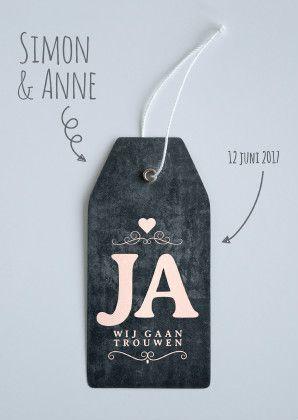 Moderne, stijlvolle trouwkaart met label en embleem 'wij gaan trouwen'. Met chalkboard in de kleuren, zwart, grijs en champagne, zalm.