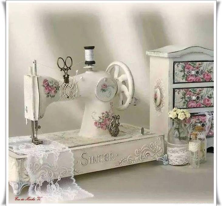 vintage sewing machine                                                                                                                                                     Mais