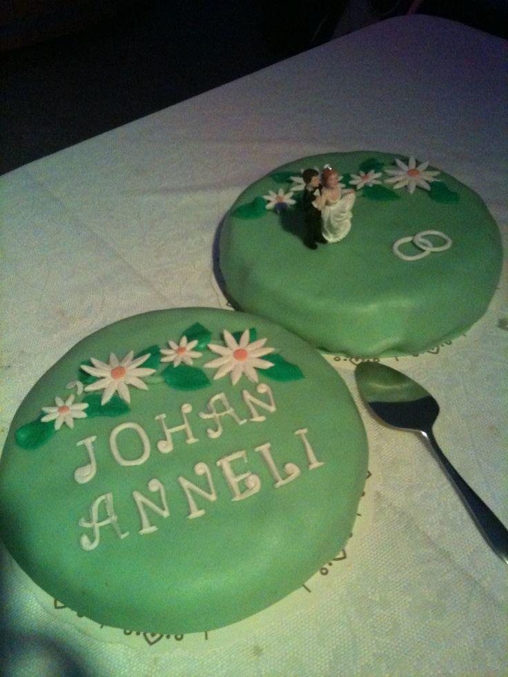 50-års tårtor som snabbt fick förvandlas till bröllopstårtor.