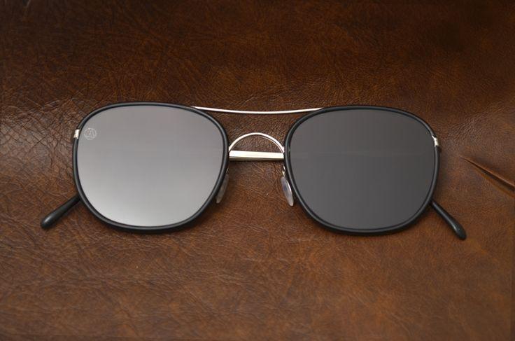 Τα γυαλιά είναι χειροποίητα στην Ιταλία, κατασκευασμένα από ανοξείδωτο ατσάλι για μέγιστη άνεση, ευελιξία και ανθεκτικότητα.