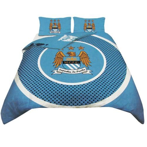 MANCHESTER CITY Reversible Double Duvet Set in club colours and featuring the club crest. Set contains quilt cover and 2 pillow cases. Approx 200 cm x 200 cm. 52% polyester 48% cotton. Official licensed Manchester City gift