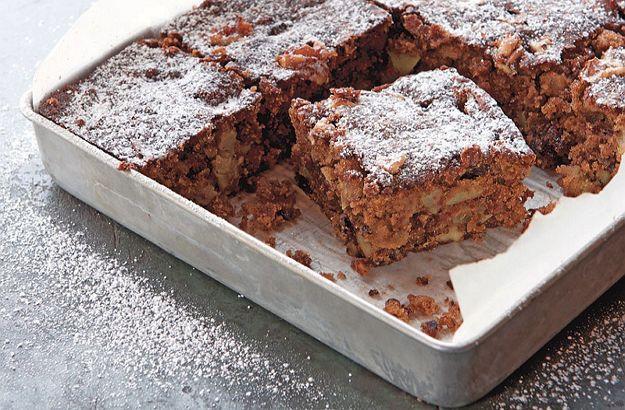 Kombinácia sladkých jabĺk, mletej škorice, orechov, vanilky, brusníc a agávového sirupu dodajú tomuto receptu na jablkový koláč naozaj vynikajúcu chuť.