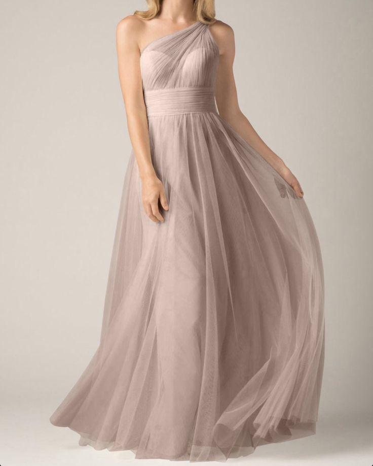 Prachtige lange jurk van chiffon met 1 schouder. Voorzijde.