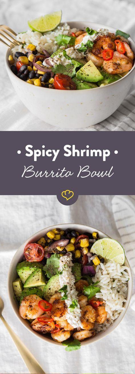 In diese Burrito Bowl kommen zu Limetten-Koriander-Reis, eine Salsa, und Sour Cream noch Spicy Shrimps, für Meer Geschmack in deiner Schüssel!