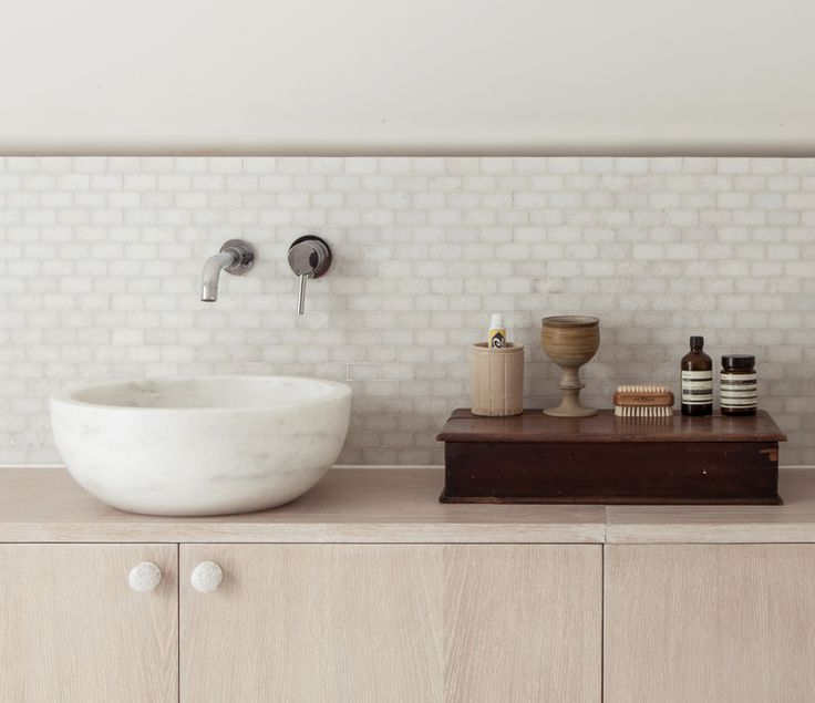 white washbasin//