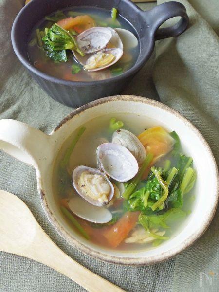 空芯菜を使った塩味のスープです。    浅利とトマトから美味しいエキスが出るので  味付けは塩のみで十分!  トマトの酸味が食欲をそそります。    野菜もたっぷり食べられます^^  すぐ出来るので、朝食にもおすすめ。