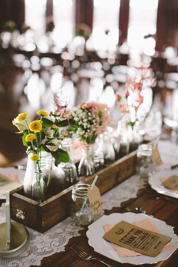 déco de table de mariage de style vintage - bouquets de fleurs des champs en bouteilles de verre et chemin de table en dentelle