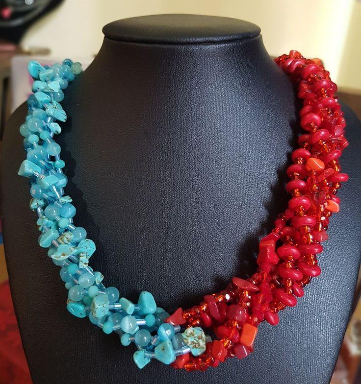 Colgante bicolor con turquezas, coral rojo, cristales y piedras.61 cm de largo