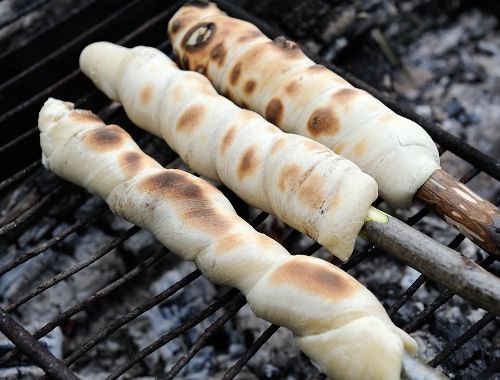Pinnbröd är smidigt att tillaga en scoutkväll eller på hajker.