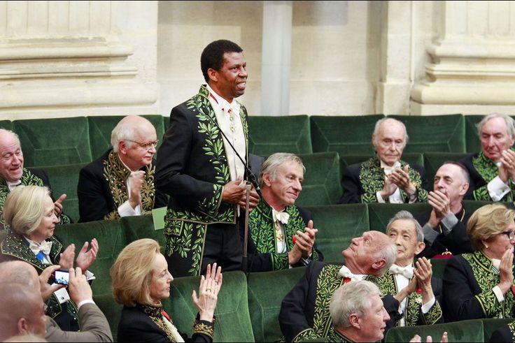 Dany Laferrière reçu à l'Académie française en grandes pompes: l'écrivain québécois d'origine haïtienne succède à Montesquieu, à Alexandre Dumas et à Hector Bianciotti, décédé en 2012. http://www.parismatch.com/Culture/Livres/En-images/Dany-Laferriere-recu-a-l-Academie-francaise-en-grandes-pompes-772642