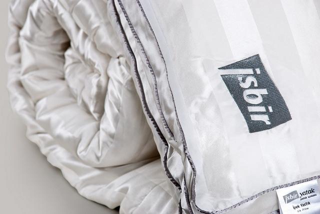 Son teknolojiyi modern tasarımlarla buluşturan İşbir YATAK, ipeksi rahatlığı arayanlara % 100 saf ipek dolgu, % 100 saf ipek kumaş ve % 100 el işçiliği uygulanarak üretilen özel ürünü İşbir Silk - İpek Yastık ve Yorganları beğeninize sunuyor. İç malzemesinde  %100 saf ipek dolgu kullanılırken, kılıflarında da doğal ipek liflerinden dokunmuş %100 saf ipek kumaşlar kullanıldı.
