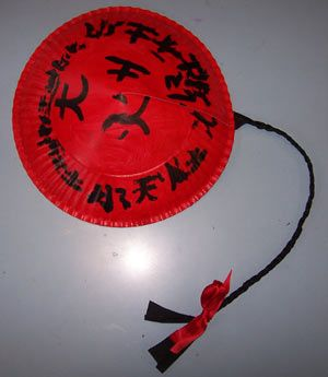 chapeau_chinois réalisé avec une assiette en carton + une natte en papier crépon