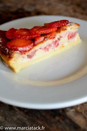 Si vous connaissez déjà la recette du gâteau magique, glissez donc quelques fraises dedans, vous serez épatés par le résultat. Pour les autres, foncez !