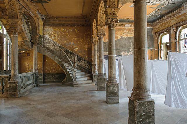 Immeuble résidentiel dans le centre de La Havane http://www.airbnb.fr/c/jeremyj1489