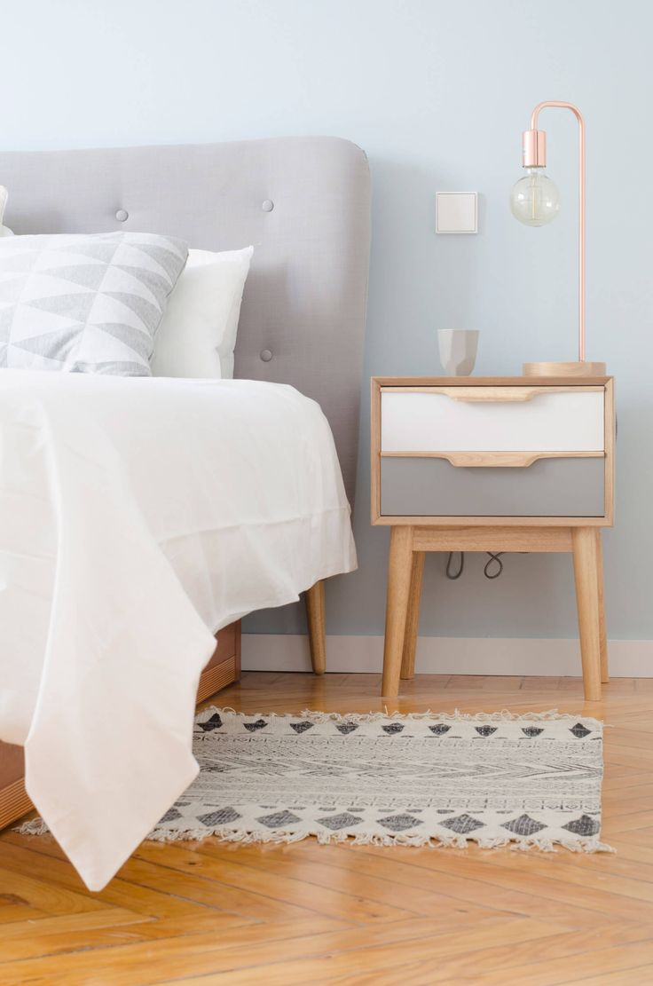 Proyecto de reforma e interiorismo de una vivienda en Chamberí por R Diseño Interiorismo. Alfombra Block de House Doctor + Lámpara TUBE + Cojín Bloomingville + Cabecero gris acolchado.