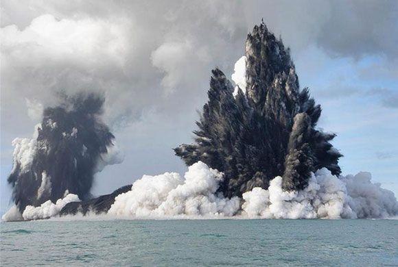 Cand un vulcan subacvatic erupe