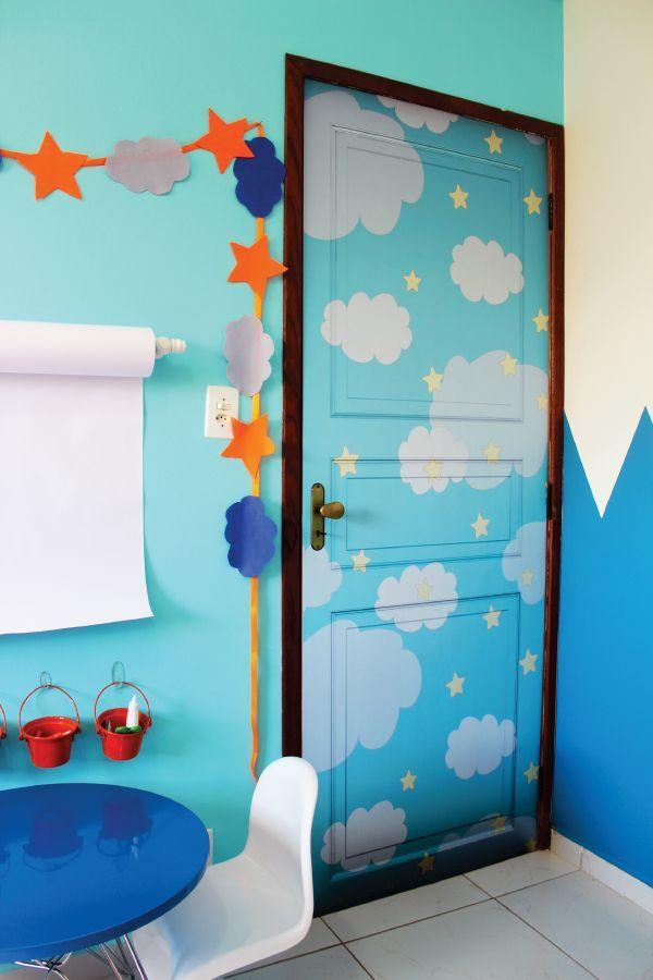 A casa que a Minha Vó Queria - quarto meninos, porta com nuvem, azul, branco, criatividade