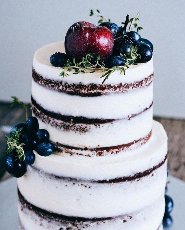 Этот маленький красавец украшает сегодня одну камерную, уютную свадьбу. Всего 2 кг, он такой малыш, хоть по фото и не скажешь! ☺️ #торт #выпечка #голыйторт #sweet #naked #nakedcake #berry #grapes #blueberry #silver #bake #bakery #cake #desert #wedding #weddingcake #bride #groom #foodie #foodporn #foodphotography #foodphoto #vsco_food #chefs_battle_show
