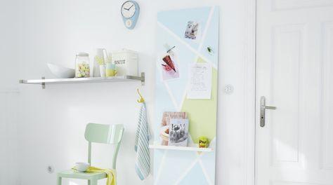Wer ist haftbar? Diese Wand ist es! Sie wird mit Magnetfarbe vorbehandelt, dann aufgeteilt und farbig lackiert. Highlight: das kleine Regal für Bücher und Co.