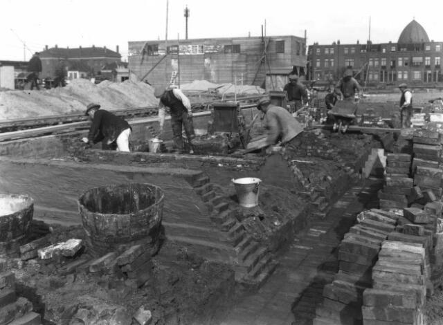 Afbeelding van enkele metselaars tijdens het opmetselen van de funderingsmuren voor het in aanbouw zijnde Diakonessenhuis (Bosboomstraat 1) te Utrecht. 1926