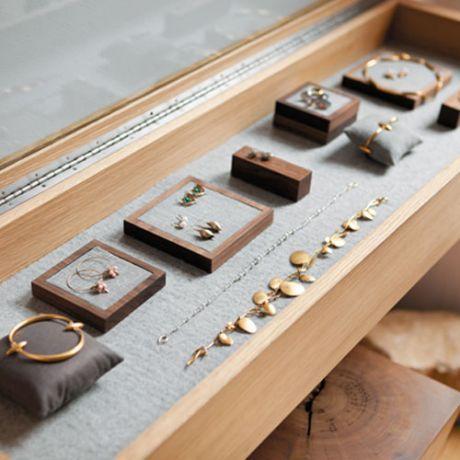 Es interior de la joyería. Hay aretes y pulseras.