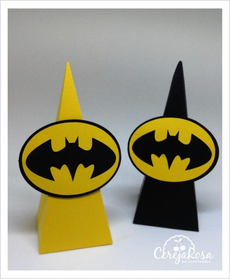 Mede: 15 cm de altura, 6 cm de largura e profundidade.    Com aplique em scrap com 2 camadas de papel.    Estamos a disposição para maiores informações.    *** Confira os outros produtos da festa Batman.    E não se esqueça de conhecer as politicas da loja.