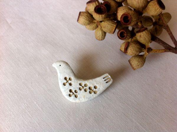 陶土:birdブローチ 色抜き模様ホワイト   ハンドメイド、手作り作品の通販 minne(ミンネ)
