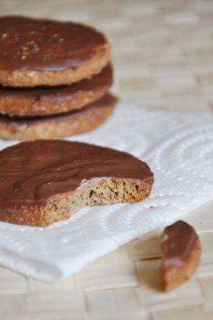 Recette biscuits granola maison  par Mathilde : Ces petits biscuits sont tout simplement à tomber ! Évidemment, le goût n'est pas identique à celui des industriels, mais il est extra quand même et comme ils sont faits maison, on peut mettre encore....Ingrédients : châtaigne