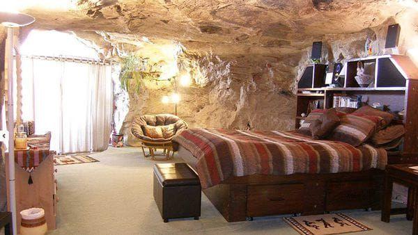EEUU. La cueva Kokopelli se ubica en Farmington, Nueva México, y es una cueva que no se puede remitir a un época ya que se cree que tiene siglos de antigüedad. Huéspedes deben entrar por una entrada no convencional, por eso se les advierte a sus visitantes no venir con valijas sino con mochilas por la caminata que tienen hasta la habitación